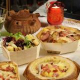 Bergfondue und Salat <BR>in Holzschalen