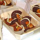 Feinschmeckerdessert mit Schokolade und Nüssen in der Holzschale